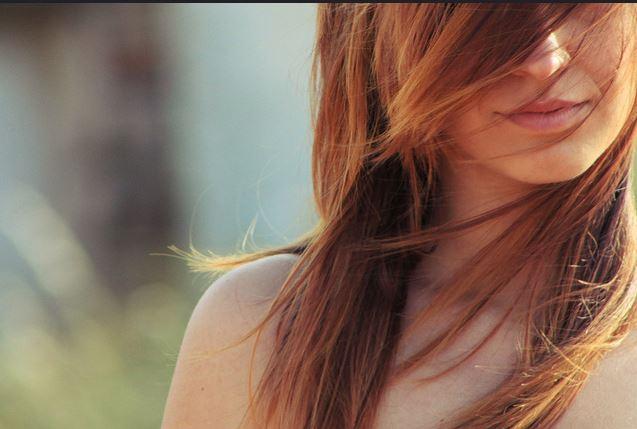 Come rimuovere i capelli senza epilare sul viso
